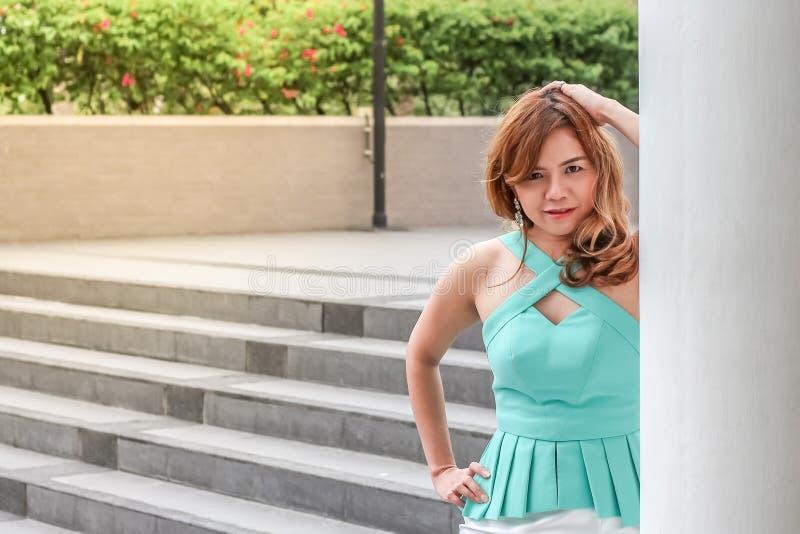 Thailand härlig damkvinna som poseras bak polen fotografering för bildbyråer