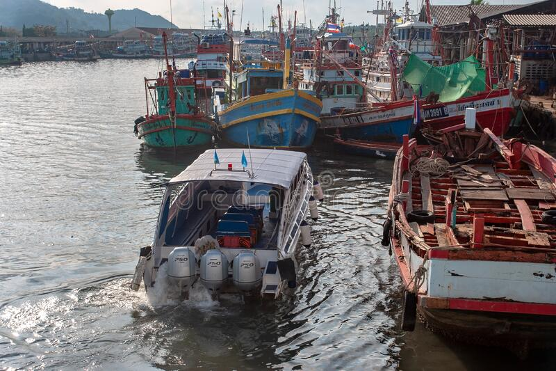 Thailand - 31. Januar 2018: Hochgeschwindigkeits-Motorboot mit drei Motoren auf dem Fluss lizenzfreie stockbilder