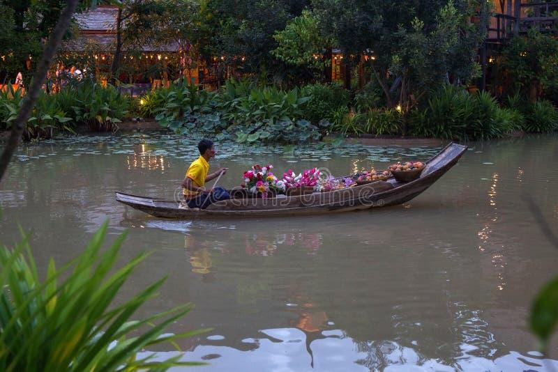 THAILAND, 10 Juni, 2013 Bloem en fruts verkopers bij het Drijven van Damnoen Saduak Markt royalty-vrije stock afbeeldingen