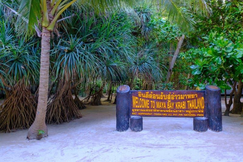thailand Koh Phi Phi Island 04/05/2018 - Een houten welkom teken op het beroemde Maya strand op Koh Phi Phi-eiland in Krabi royalty-vrije stock fotografie