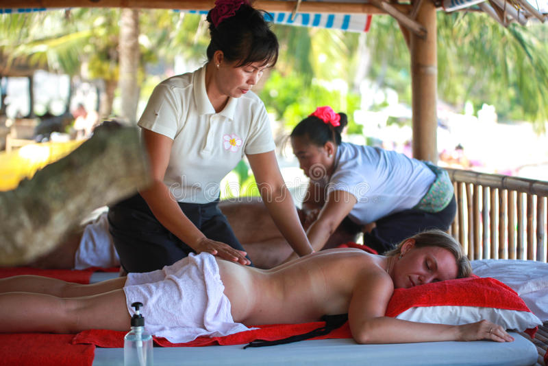 Thailand, Koh Samui, 4 januari 2016 Dag in beach spa Thaise vrouw die massage doen stock foto's
