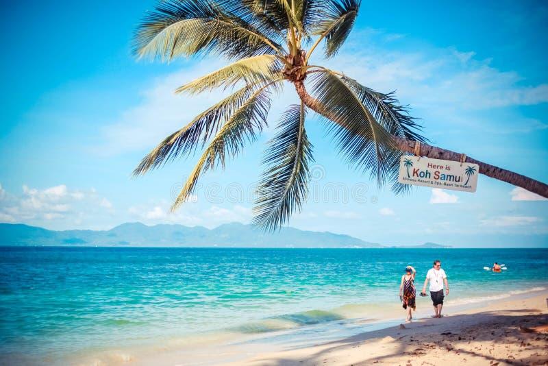 Thailand, Koh Samui, 14 januari 2016 Paar die op tropisch strandlandschap lopen van royalty-vrije stock fotografie