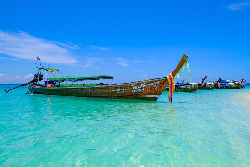 thailand Krabi ö 04/05/18 - Landskap med fartyg för lång svans på den tropiska stranden av ön Krabi royaltyfri bild