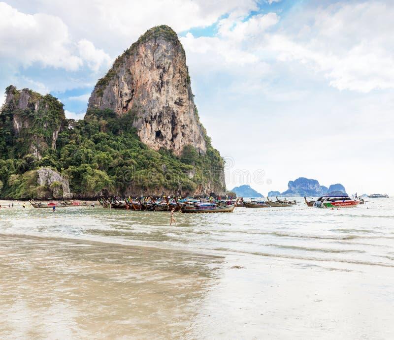 Thailand Krabi landskap, Railay strand - 2017 Februari 25: Amzing landskap med traditionella longtailfartyg, på tropiska Andaman  royaltyfri foto