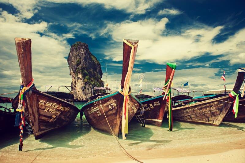 thailand Krabi Provinz Boote wird in einer Türkislagune von Strand Phra Nang festgemacht stockbild