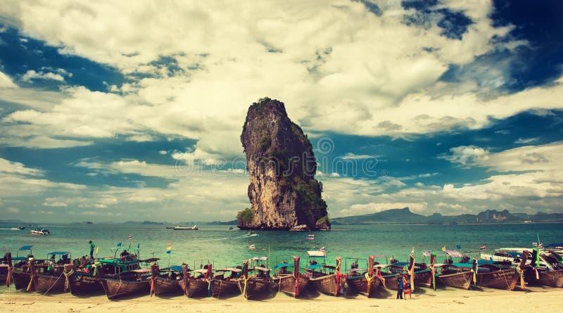 thailand krabilandskapet vaggar havet Fartyg förtöjas i en turkoslagun av den Phra Nang stranden arkivfoton