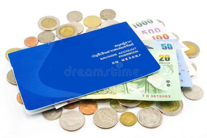 Thailand-Münzen und Bankbuch lokalisiert stockfotos