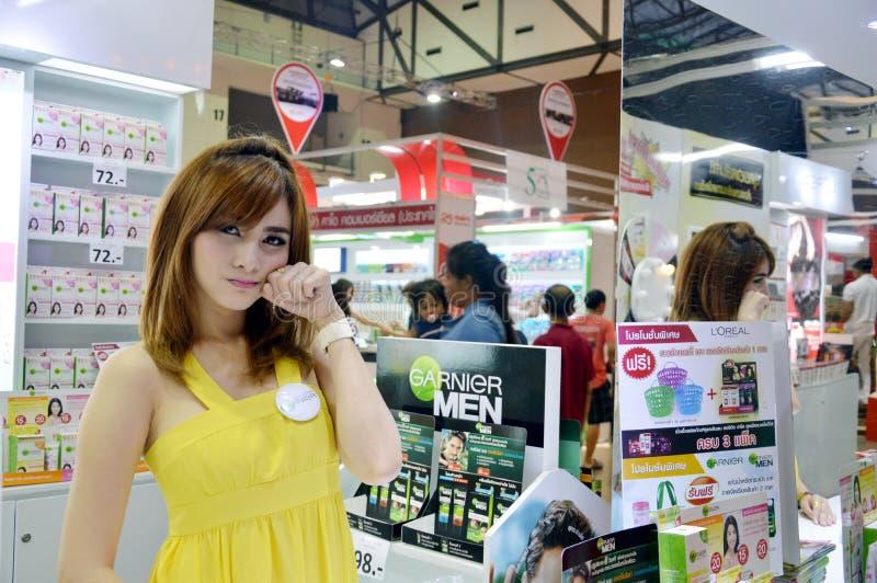 Thailand Makro handelmässa 2014 BANGKOK, THAILAND Juni 28,2014 oidentifierad modell framlade Ganier, inverkankonventcentrum Muea arkivfoton