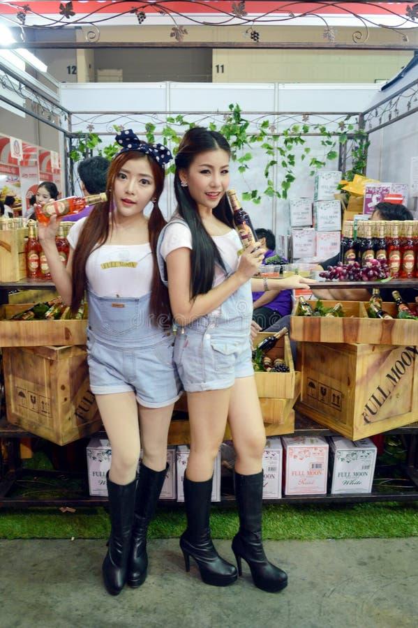 Thailand Makro handelmässa 2014 BANGKOK, THAILAND Juni 28,2014 oidentifierad modell framlagd fruktsaftprodukt, inverkanregelcent royaltyfria bilder