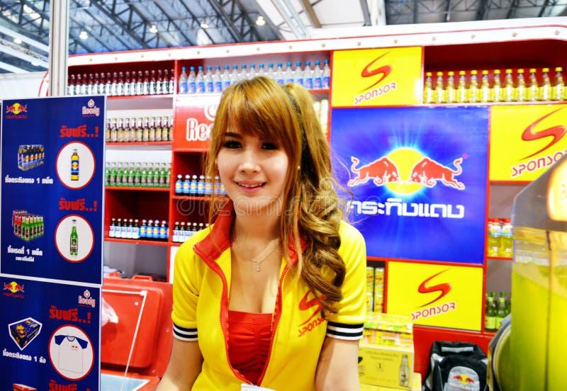 Thailand Makro handelmässa 2014 BANGKOK, THAILAND Juni 28,2014 oidentifierad modell som framläggas av Redbull, inverkankonventcen arkivfoto