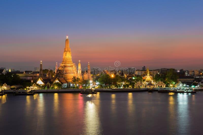 Thailand-Markstein, Wat Arun - die Temple of Dawn Wasserfront in der Dämmerung stockbilder