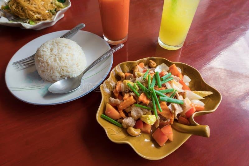 Thailand mat, sött kryddigt stekt griskött med grönsaker med rå ris royaltyfri fotografi
