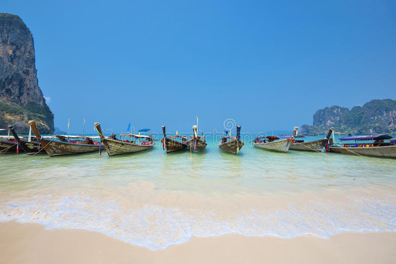 Thailand - Mei 5, 2016: De lange staartboten wachten op toeristen bij Railay-het Strandwesten, Krabi, Thailand royalty-vrije stock afbeelding