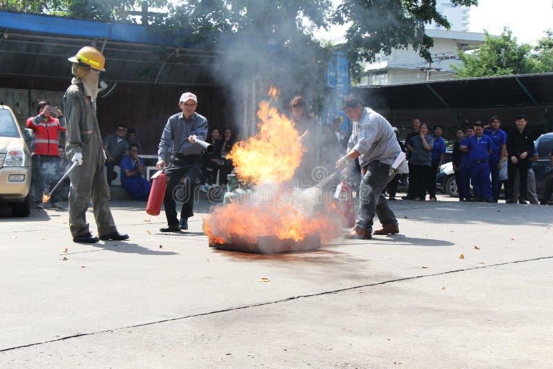 THAILAND-NOVEMBER 22: Branddrillborr och grundläggande utbildning för brandstridighet i Bangkok arkivbilder