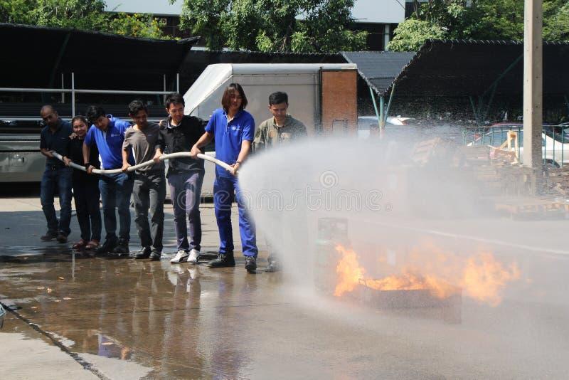 THAILAND-NOVEMBER 22: Branddrillborr och grundläggande utbildning för brandstridighet i Bangkok royaltyfri bild