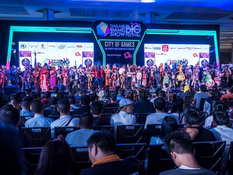 THAILAND - 4 November 2017: Cosplay dräktstrid på den stora festivalen 2017 Thailand för modig show i den KUNGLIGA FÖREBILDKORRID arkivbilder