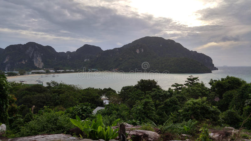 Thailand, Phi Phi Island - Zonsondergang op testrand royalty-vrije stock afbeelding