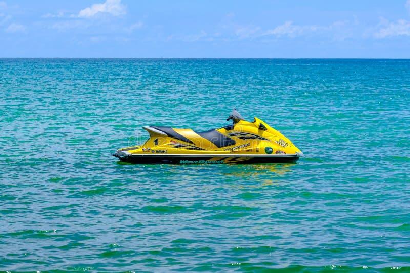 thailand Phuket 08/05/18 - gele straalski op blauwe overzeese oppervlakte royalty-vrije stock foto