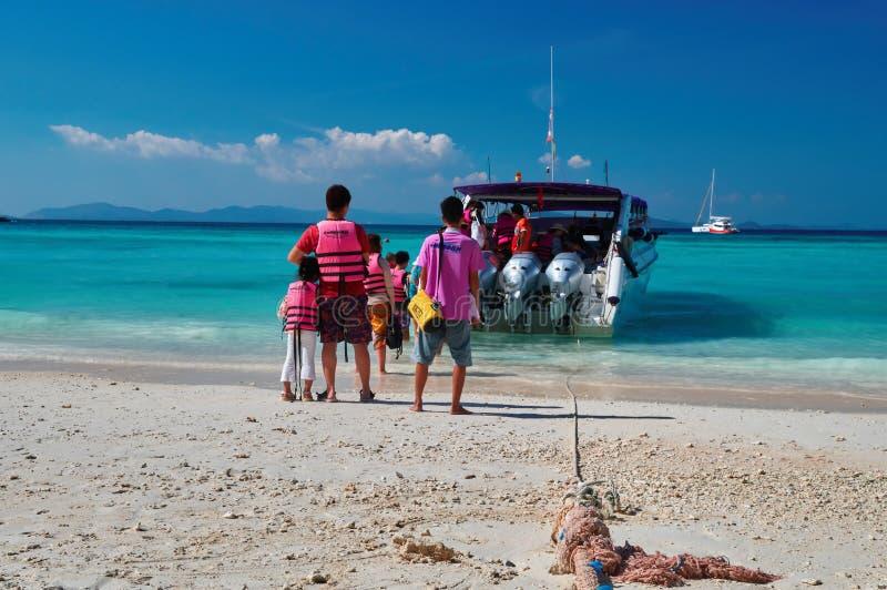 THAILAND, RACHA-EILAND, 23 MAART, 2018 mensen met kinderen in reddingsvesten zit op een motorboot Zonnig tropisch strand, turkooi stock foto's