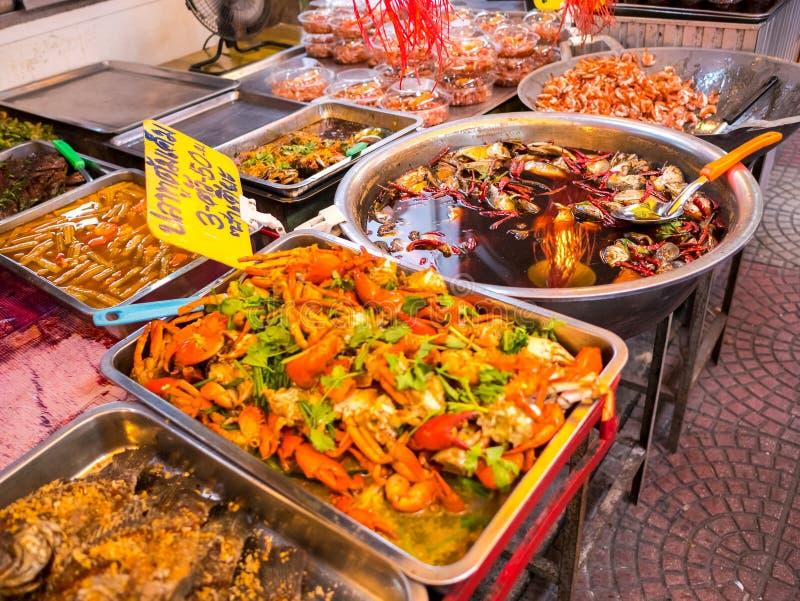 THAILAND SAMUTSONGKHRAM - JUNI 17: Traditionell thai steetmat på Amphawa som svävar marknaden i Thailand Amphawa som svävar markn royaltyfri fotografi