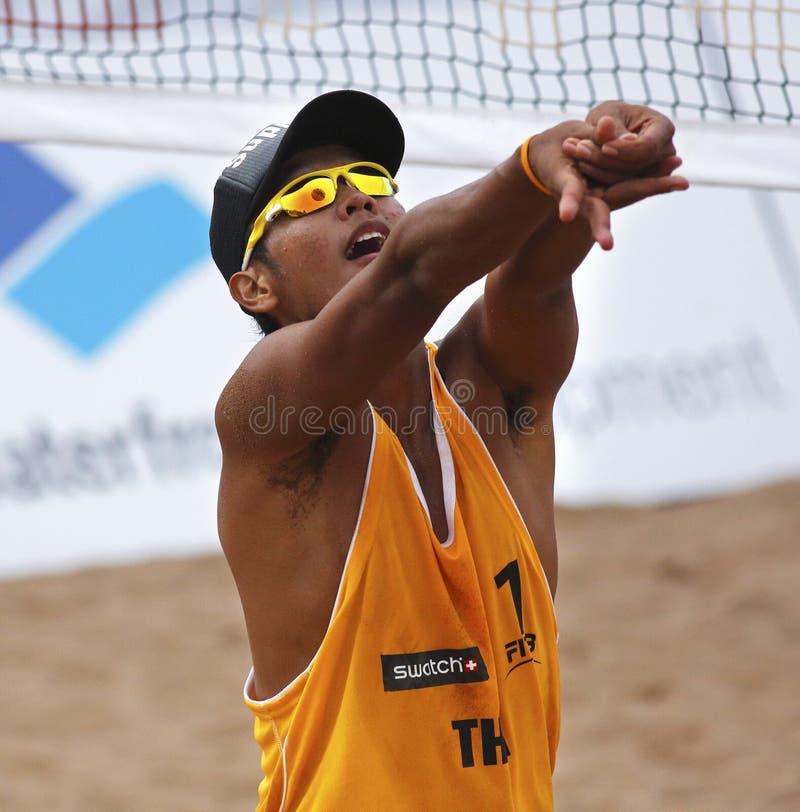 Thailand-Strand-Volleyball-Mann-Sonnenbrillen stockbild