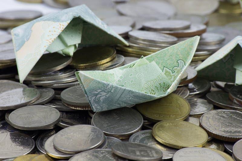 Thailand-W?hrungsm?nzen und -rechnung gefaltet zu den Schiffen Origamikunst Geld von Thailand lizenzfreies stockbild