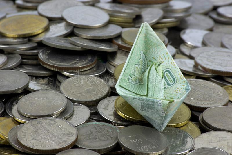 Thailand-W?hrungsm?nzen und -rechnung gefaltet zu den Schiffen Origamikunst Geld von Thailand stockfotografie