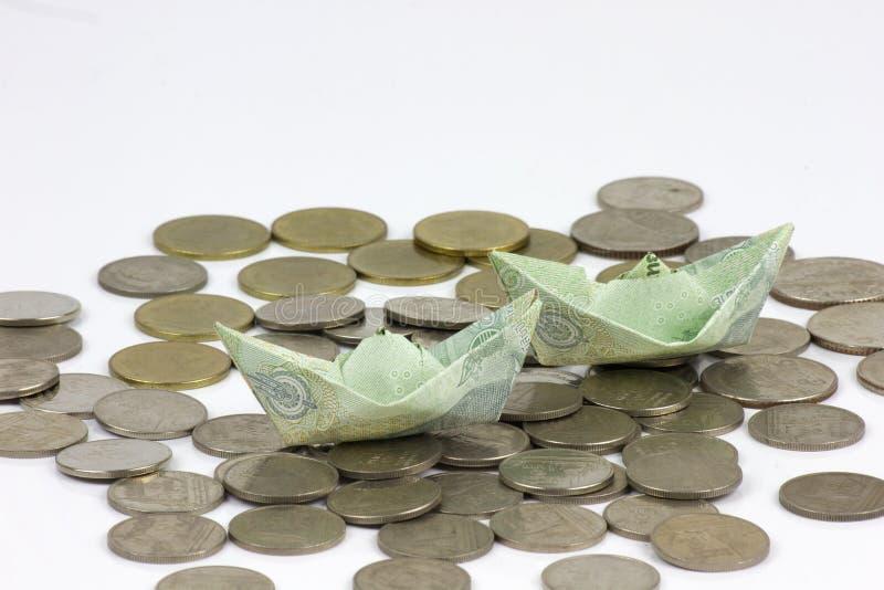 Thailand-W?hrungsm?nzen und -rechnung gefaltet zu den Schiffen Origamikunst Geld von Thailand auf wei?em Hintergrund lizenzfreie stockbilder