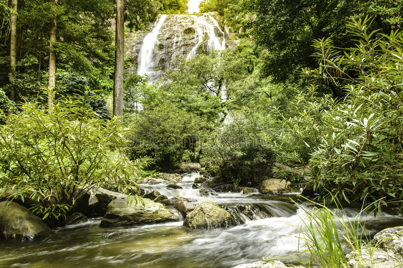 Thailand-Wasserfall in tropischer Waldschönem Natur backgrou lizenzfreies stockbild