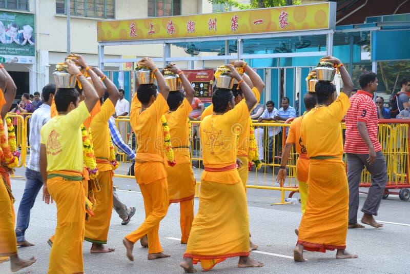 Thaipusam är en hinduisk festival var fantaster kommer tillsammans för en procession och att bära tecken av deras fromhet och tac royaltyfri fotografi