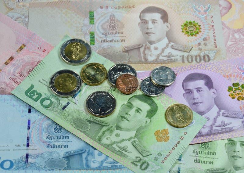 Thais bankbiljet met muntstukachtergrond en textuur stock afbeelding