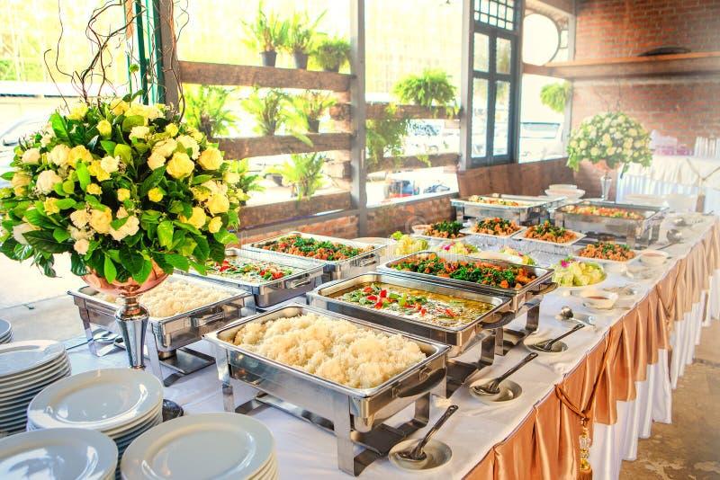 Thais buffetdiner bij het prachtig geschikte huwelijk royalty-vrije stock afbeelding
