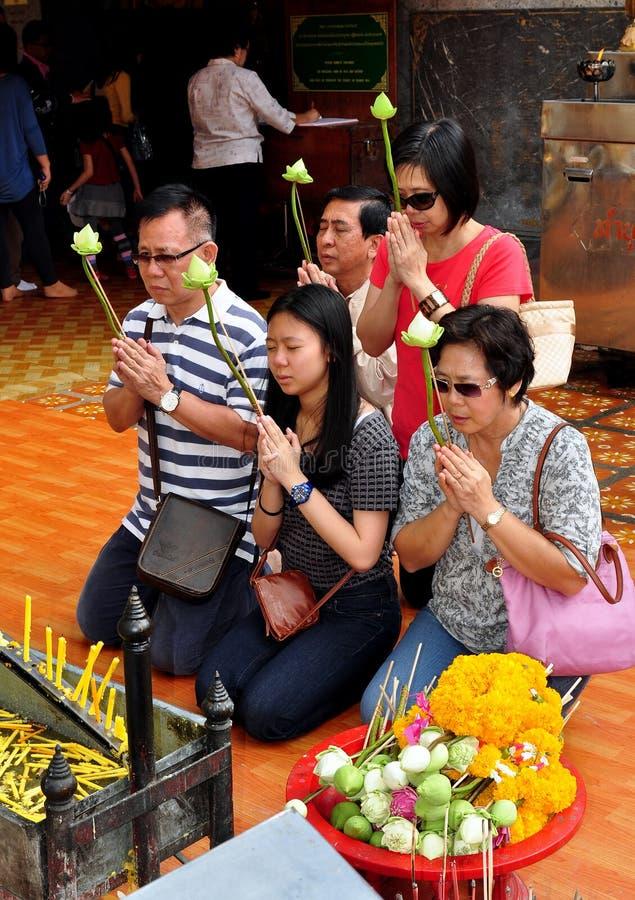 Chiang Mai, TH : Thais priant chez Wat Doi Suthep photo stock