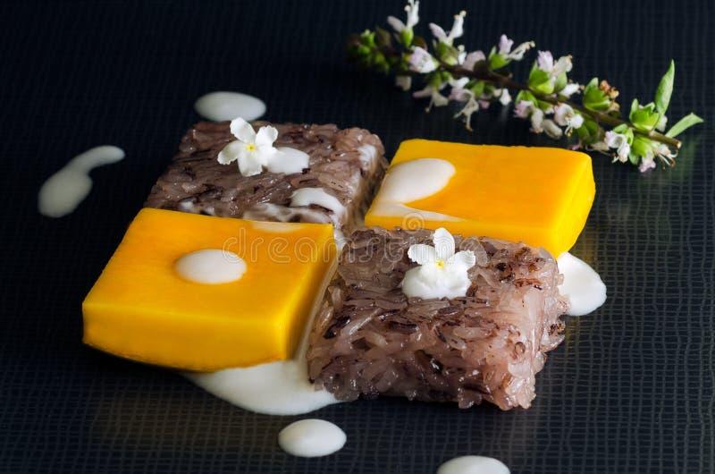 Thais dessert, Mango en kleverige rijst stock foto's