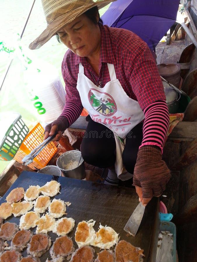 Thais dessert met dame op de boot royalty-vrije stock foto
