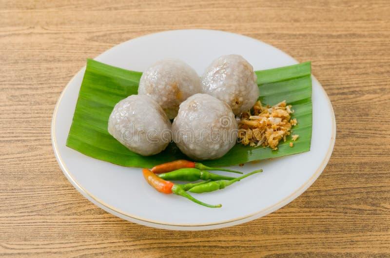 Thais die Dessert van Tapiocaballen met Fijngehakt Varkensvlees worden gevuld stock foto