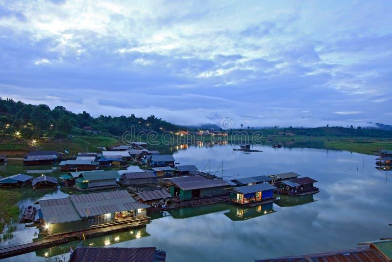 Thais Drijvend dorp Mon stock afbeeldingen