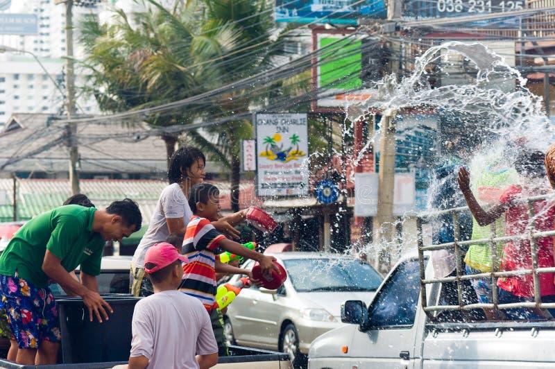 Thais familie bespattend water op festival Songkran stock fotografie