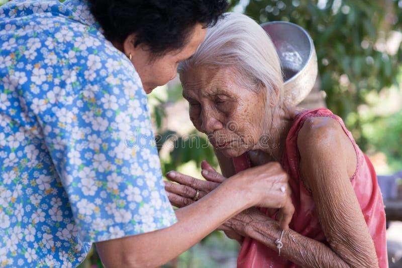 Thais festival Songkran (Water die ceremonie van volwassenen zegenen) stock fotografie