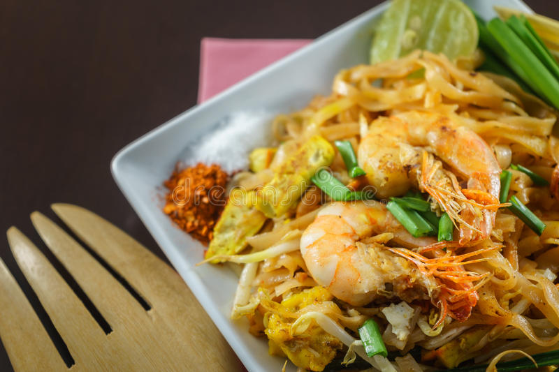 Thais Fried Noodles met verse garnalen in close-up stock foto's