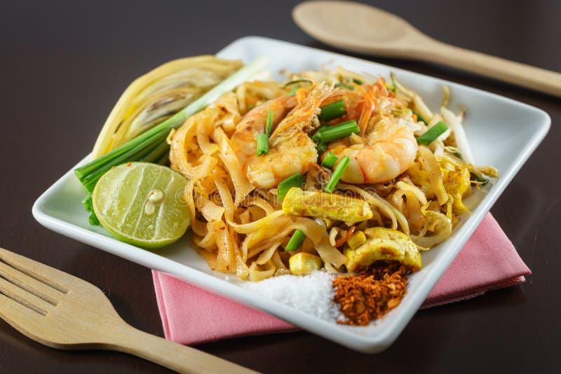 Thais Fried Noodles met verse garnalen dient met kruiden royalty-vrije stock foto's