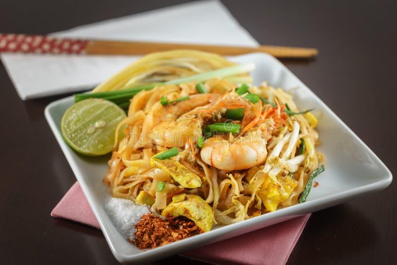 Thais Fried Noodles met verse garnalen genoemd Stootkussen Thai royalty-vrije stock afbeelding
