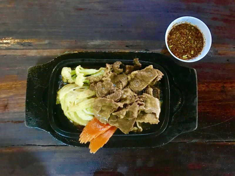 Thais grillrundvlees op hete pan met groente royalty-vrije stock foto's