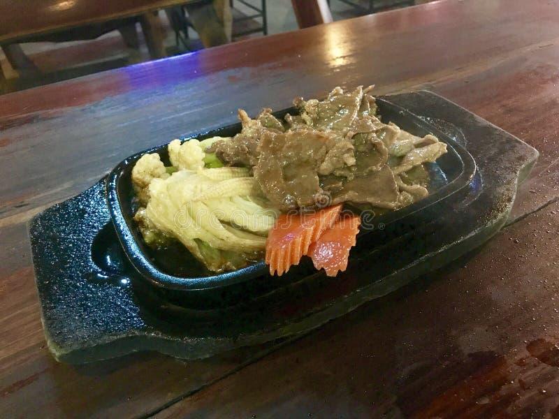 Thais grillrundvlees op hete pan met groente royalty-vrije stock foto