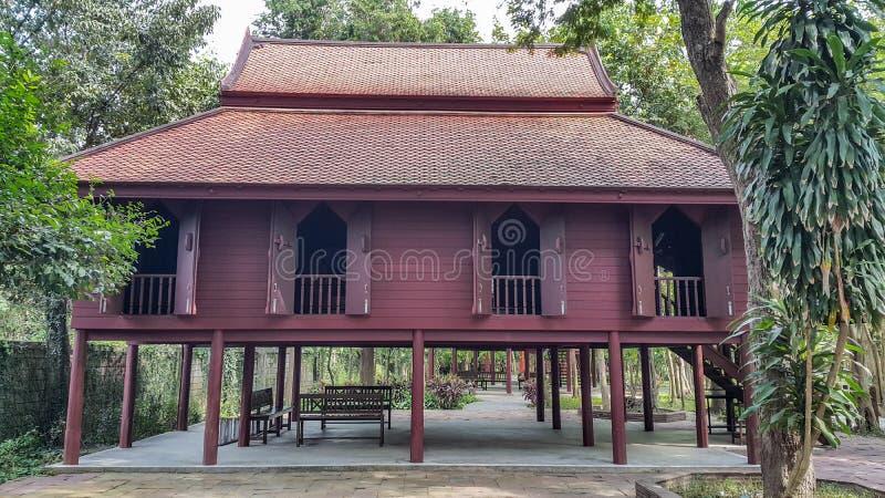 Thais huis, oud, mooi, vreedzaam, schaduwrijk, met uniek royalty-vrije stock afbeeldingen
