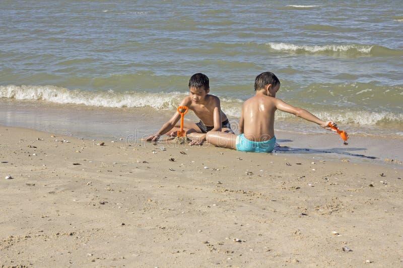 Thais jongensspel in het zand bij het strand royalty-vrije stock fotografie