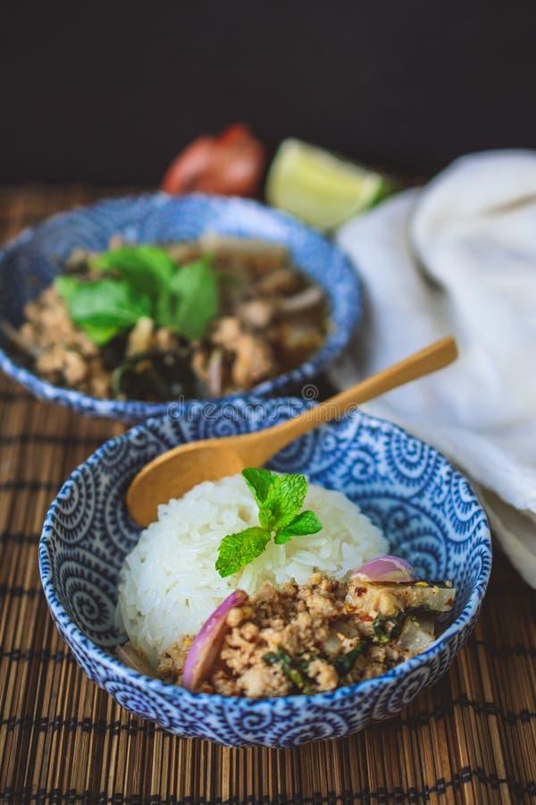 Thais Kruidig Fijngehakt Varkensvlees op Houten Achtergrond, Thais Voedsel op Houten Bac royalty-vrije stock fotografie