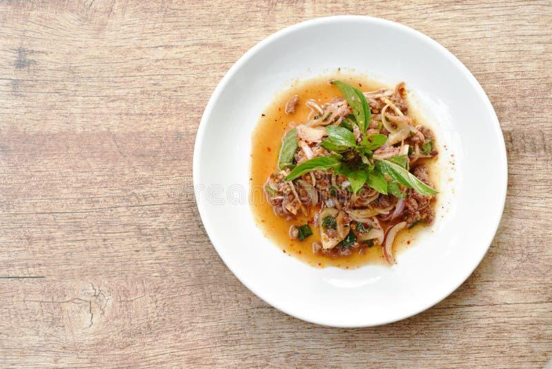 Thais kruidig fijngehakt varkensvleessalade en basilicum op plaat stock afbeelding