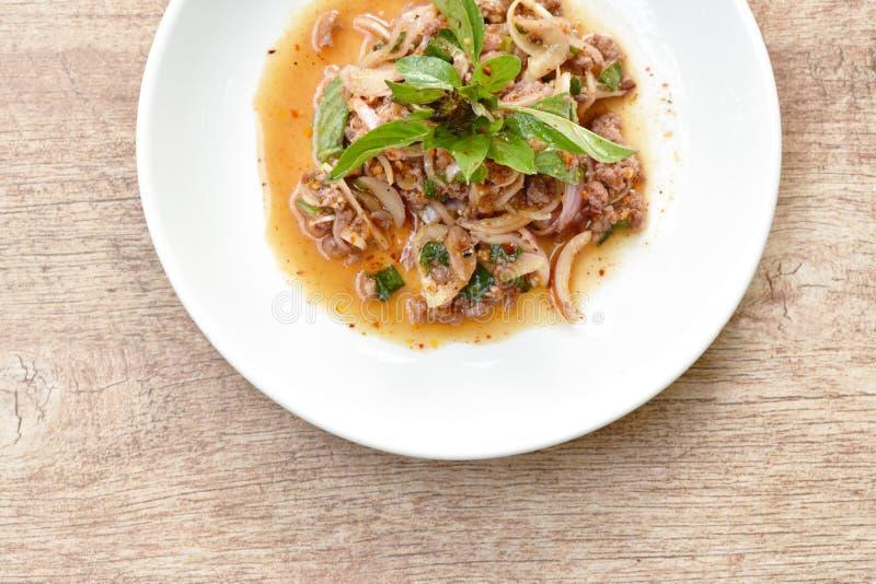 Thais kruidig fijngehakt varkensvleessalade en basilicum op plaat royalty-vrije stock foto's