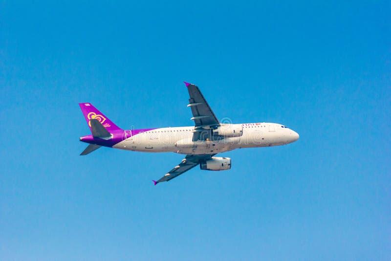 Thais luchtroutesvliegtuig op hemel met duidelijke hemel royalty-vrije stock afbeelding